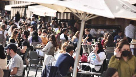 Terrazas llenas en el centro de A Coruña en el primer sábado de la desescalada tras la tercera ola de la pandemia