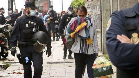 Imagen de la policía desalojando a los okupas de un edificio de Vigo en noviembre