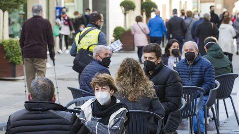 Las calles y las terrazas de Carballo y otras localidades se llenaron durante la jornada de ayer