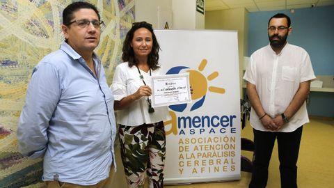 Mónica Touriño, en el centro, gerente de la asociación de parálisis cerebral Amencer-Aspace