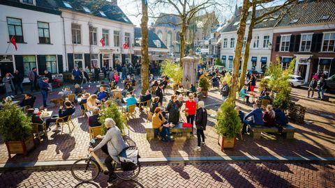 Clientes en una terraza de Breda