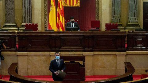 Pere Aragonès entra en el hemiciclo en presencia del presidente de la Cámara, Roger Torrent