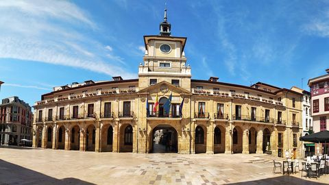 El ayuntamiento de Oviedo en la plaza de la Constitución, actualmente. El arco central era uno de los accesos de la muralla medieval y como tal se respetó en 1621