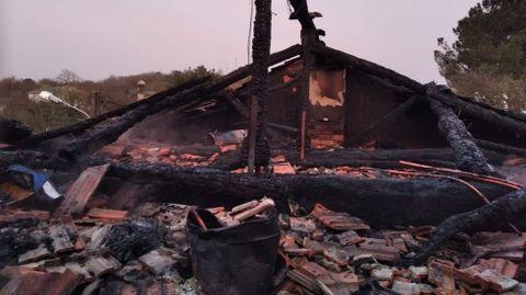 El tejado de la casa quedó completamente destruido por el fuego