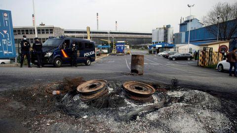 La Policía Nacional registra las instalaciones de Alu Ibérica en A Coruña
