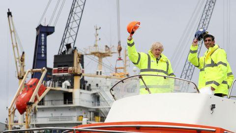 Boris Johnson y su ministro de Economía, Rishi Sunak, durante una visita este jueves a Middlesbrough