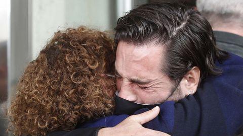 David Bustamante se abraza a la madre de Álex Casademunt, Rosa González, a las puertas del tanatorio