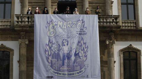 Despliegue del cartel reivindicativo del 8M en el Concello de Pontevedra