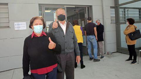 María Ermitas acompañó a su marido Eduardo Moares a vacunarse. Ella, al no llegar a los 80 aún tendrá que esperar