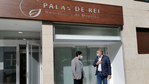 Marcos Vázquez con el alcalde de Palas delante del centro