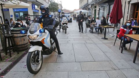 La policía controla que se cumplan las normas Covid en las terrazas