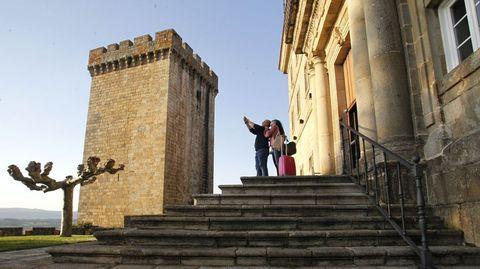 Dos turistas se hacen un selfi a la entrada del Parador, en una foto previa al inicio de la pandemia