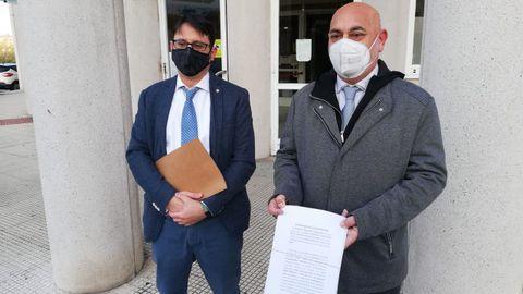 El portavoz municipal del PSOE, Tino Fernández, sostiene la denuncia presentada contra Ence en presencia del abogado Pedro Hermida Paredes