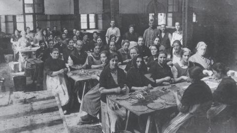 Trabajadoras elaborando filetes de anchoa en la fábrica de conservas Herrero Hermanos, en Candás