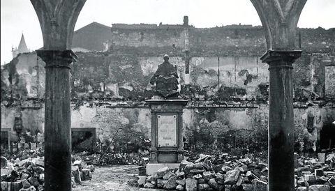 Claustro de la Universidad de Oviedo, destruido durante la revolución de 1934 y posteriormente reconstruido