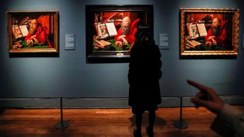 Una visitante observa en el museo del Prado la obra «San Jerónimo en su estudio», del artista flamenco Marinus van Reymerswale, en tres versiones distintas