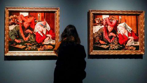 Una visitante observa la obra «El recaudador de impuestos y su mujer»