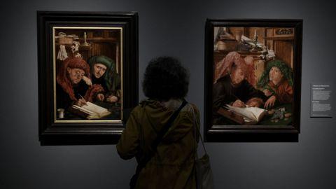 Una mujer ante los cuadros de Marinus van Reymerswale «El tesorero municipal» y «Los recaudadores de impuestos»