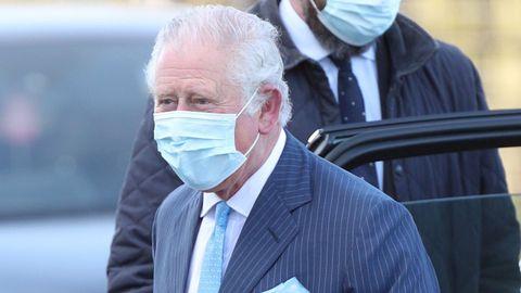 El príncipe Carlos de Inglaterra ignoró las preguntas de la prensa cuando visitó una clínica de vacunación contra el covid-19en Londres