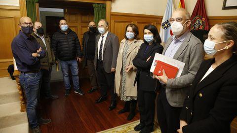 La directiva de la Asociación Hostelería Compostela en una reciente reunión con el alcalde de Santiago, Xosé Sánchez Bugallo