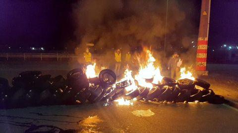 Una barricada ardiendo