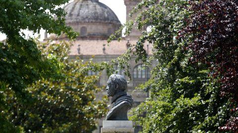 Busto del cardenal, en el Parque dos Condes, con el colegio que fundó de fondo