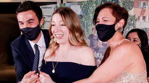 Valérie Delpierre, a la derecha, productora de  Las niñas , recogiendo el Goya a Mejor Película