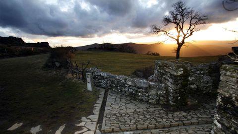 Terras de Burón: Camiño Primitivo en Montouto, con los restos del antiguo hospital de peregrinos