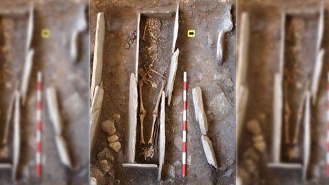 Los huesos mejor conservados, dentro de la tumba de lajas de pizarra