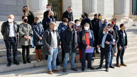 Foto de familia das organizacións cidadás e políticas que impulsaban a PNL a prol da igualdade das linguas tomada fronte ao Congreso