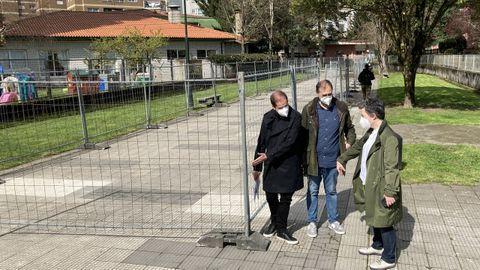 Iván Puentes, Eva Vilaverde y el arquitecto municipal Ángel Velando, supervisaron la instalación del vallado en el paseo del Gafos el pasado 12 de marzo