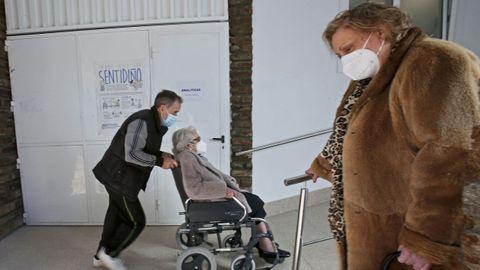 En el centro de salud Virxe Peregrina de Pontevedra la vacunación se inició el 22 de febrero para los mayores de 80 años. Empezaron en la letra H y van por la R