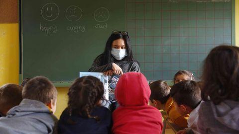 Audrey Giongco, auxiliar de conversación de inglés, en el CRA de Caldas durante una clase a niños en Saiar