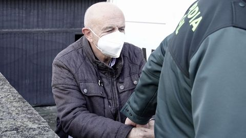 El presidente del Colegio de Enfermería de Pontevedra, custodiado por un guardia civil