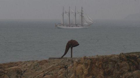El Juan Sebastian Elcano saliendo de A Coruña.