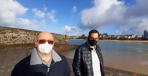 Ángel y Francisco, patrón mayor de la cofradía, en el muelle del paseo marítimo de Mera