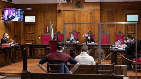 Imagen de un juicio el miércoles en la Audiencia Provincial de Ourense en la que se aprecia la separación con mamparas, la señal por vídeo y las fundas de plástico en los micros. La entrada a la sala no está permitida y los testigos lo hacen solo en el momento de declarar