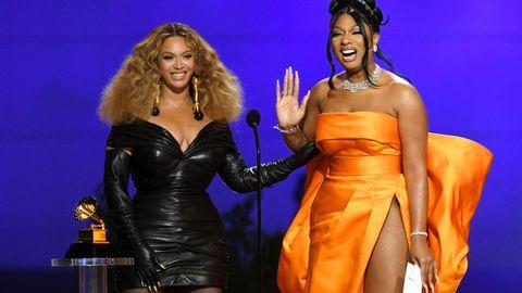 Beyonce  y Megan Thee Stallion recogiendo el premio a la mejor canción rap