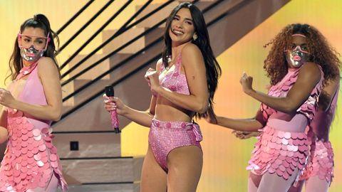 Dua Lipa durante su actuación