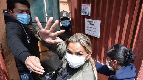 La expresidenta de Bolivia Jeanine Añez ingresa al Centro de Orientación Femenina de Obrajes donde debe cumplir su detención preventiva.