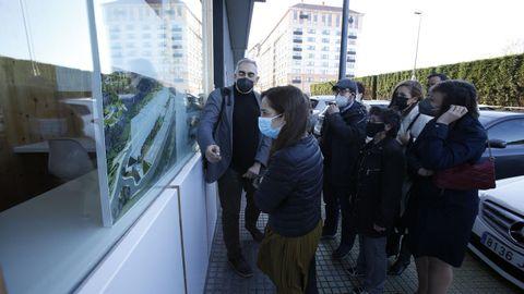 La alcaldesa, Inés Rey, en su visita al barrio de Novo Mesoiro para presentar el nuevo proyecto para la zona