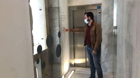 El concejal del PP Antonio Ameijide ante la puerta de acceso exterior que se ha hecho para entrar en la cafetería de O Vello Cárcere