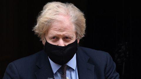El primer ministro de Reino Unidoi, Boris Johnson saliendo del número 10 de Downing Street.