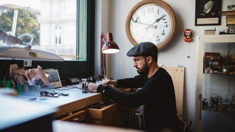 David Rodríguez trabajando en su taller, cerca de la plaza de María Pita de A Coruña