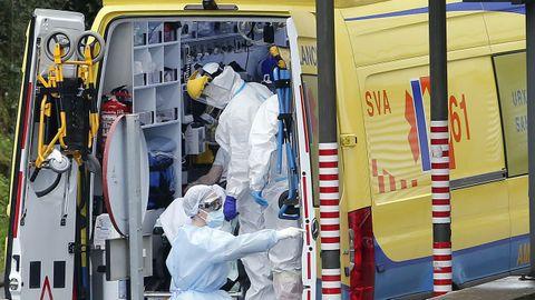 Técnicos en emergencias sanitarias, en el hospital Montecelo, de Pontevedra, durante la tercera ola de la pandemia