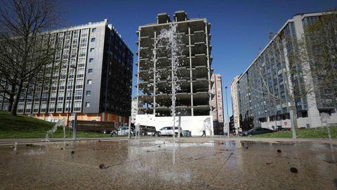 Dos edificios: la promotora en quiebra levantó sobre los solares y casas de los vecinos, a los que les hizo permutas, dos bloques en Vioño (A Coruña), uno de ellos, el de esta foto, un esqueleto urbanístico 20 años más tarde