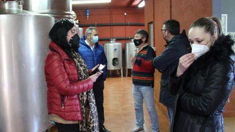 Los populares visitaron una de las bodegas que embotellan vino en Negueira de Muñiz