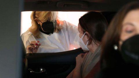 Una mujer se vacuna en el Autovac del HUCA