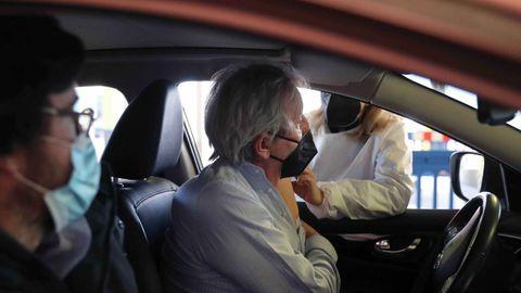 Un hombre se vacuna en el Autovac del HUCA