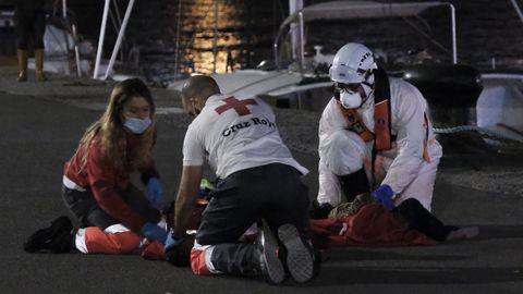 Los dos integrantes de Cruz Roja Canarias, durante las tareas de reanimación
